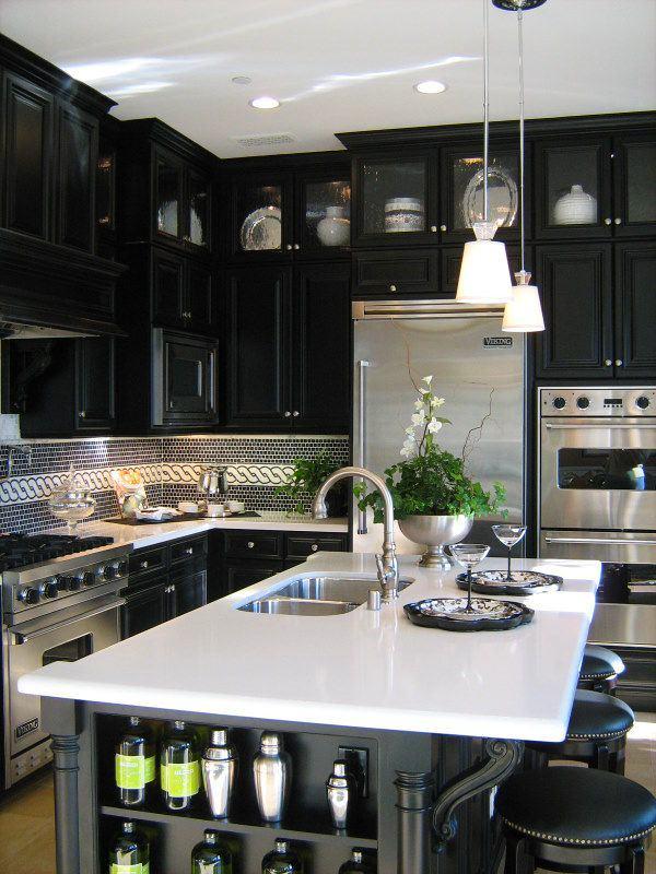 Черная кухня и белая столешница
