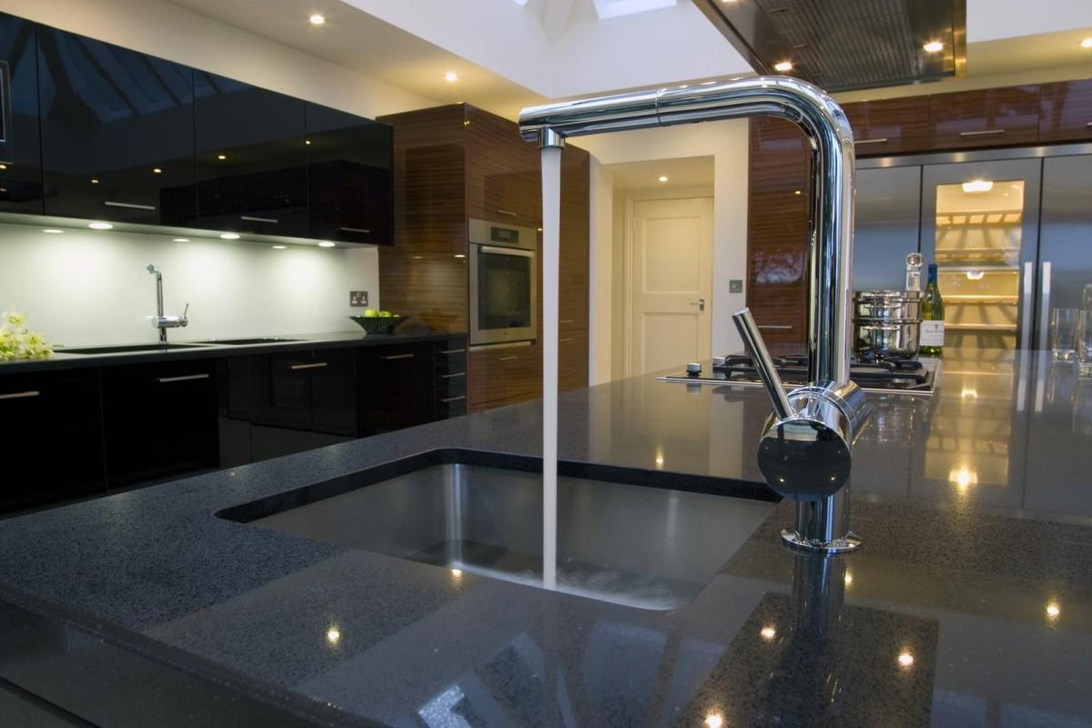 Глянцевая поверхность кухонной столешницы