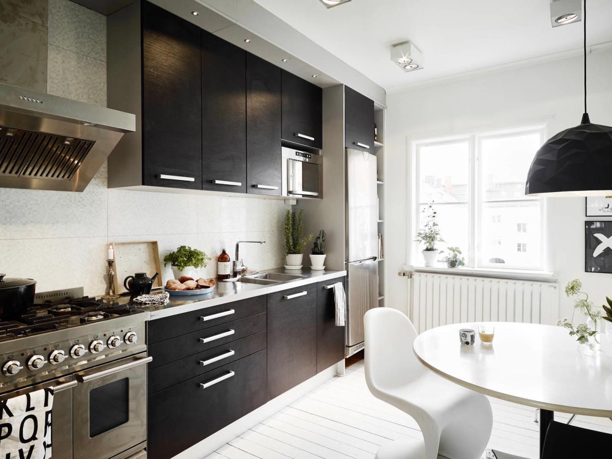 Белые ручки на черных фасадах кухни