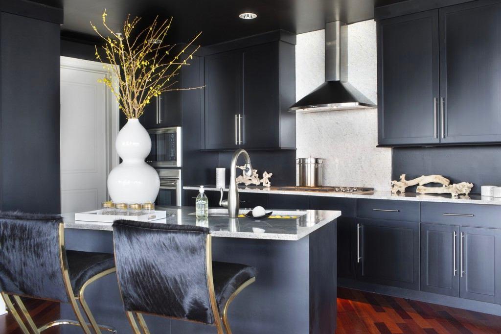 Матовая поверхность черной кухни