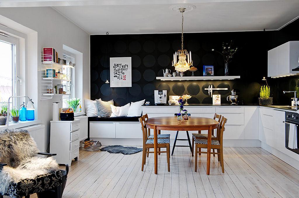 Черная стена и белая кухонная мебель