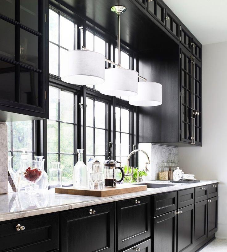 Черный цвет в сочетании белых светильников на кухне