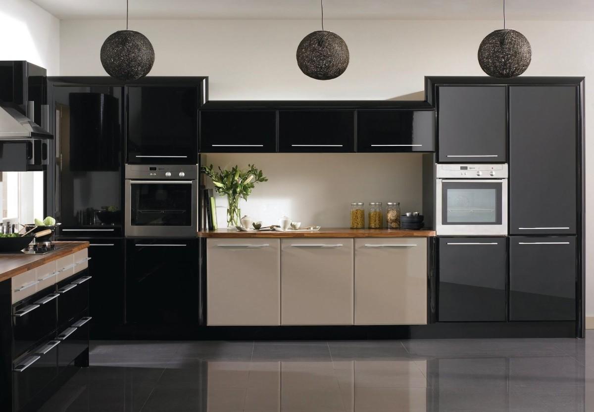 Современная техника на черной кухне