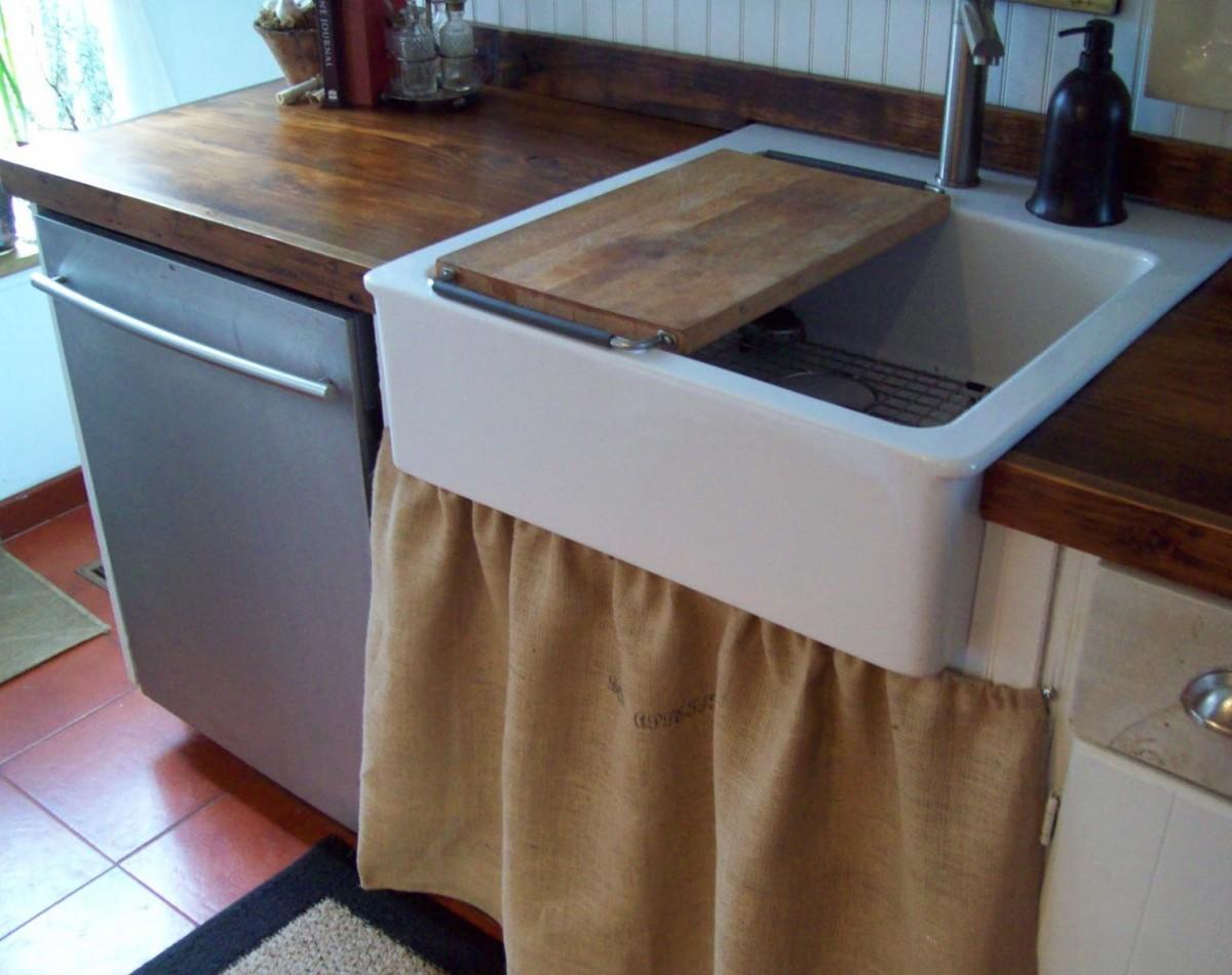 Шкафчик за шторкой под раковиной