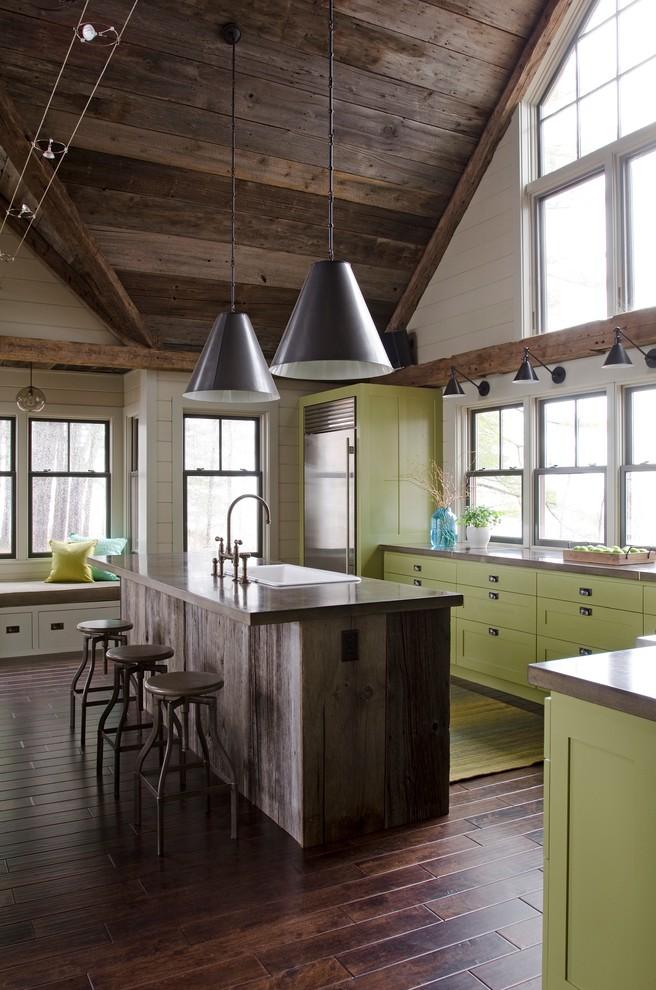 Стильные подвесные светильники конусообразной формы в интерьере кухни