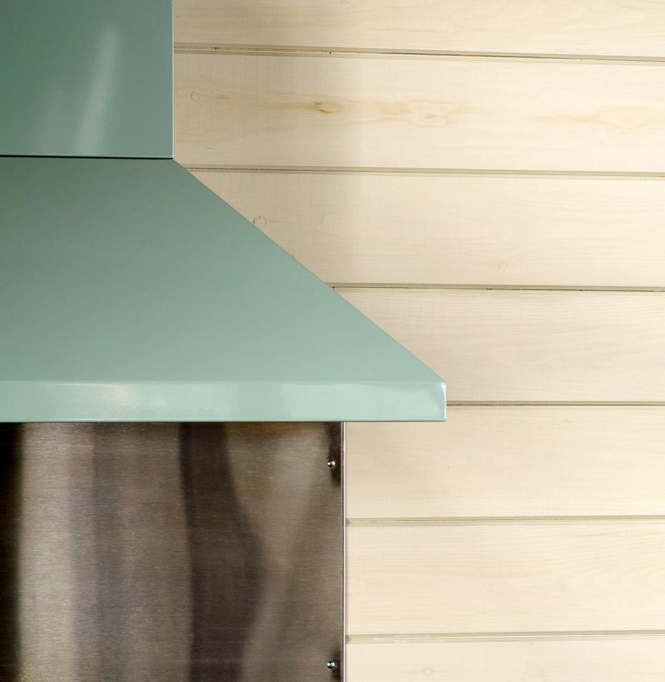 Стена кухни, обшитая светлыми деревянными досками