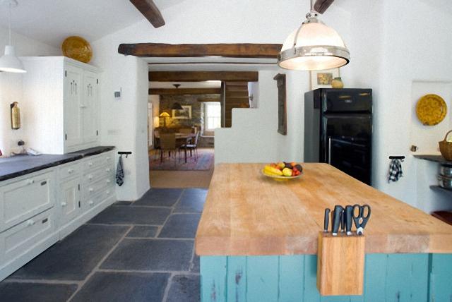 Кухонный остров со столешницей из натурального массива дерева