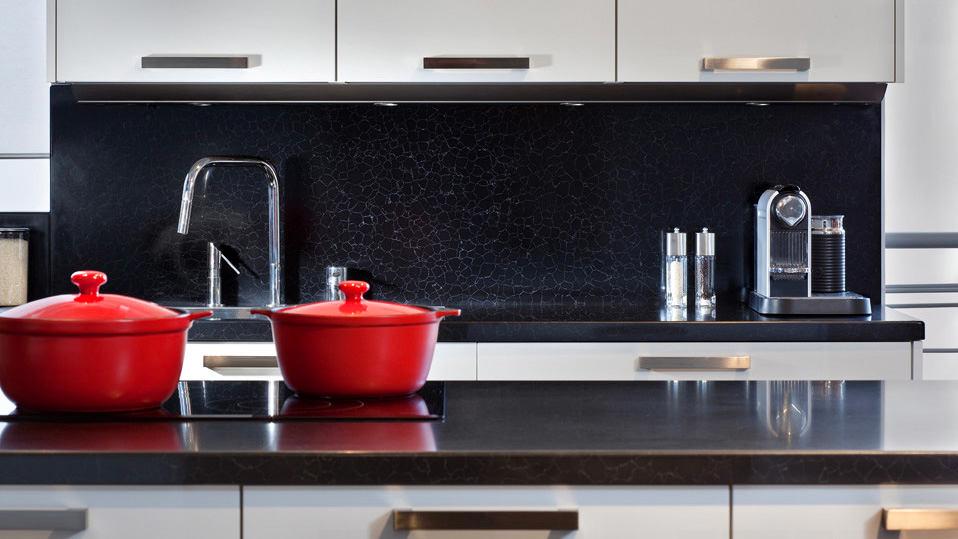 Черный фартук на кухне