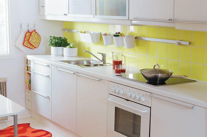Белая кухонная мебель из искусственного материала