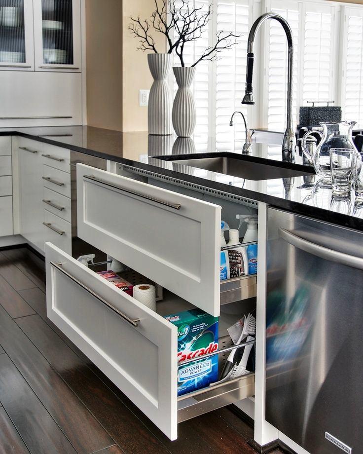 Белые выдвижные ящики на кухне