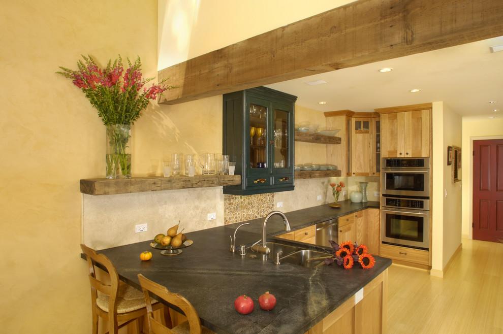 Яркий дизайн интерьера кухни от Susan M. Davis