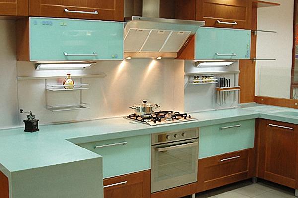 Яркий дизайн интерьера кухни в бирюзовых тонах