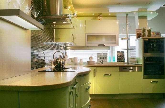 Яркий дизайн интерьера кухни в светло-зелёной гамме