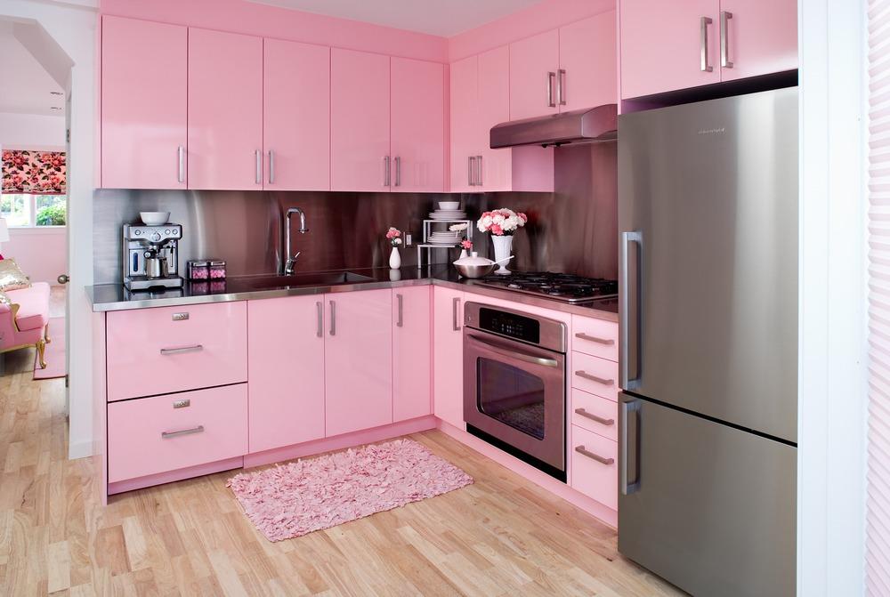 Яркий дизайн интерьера кухни в розовой гамме