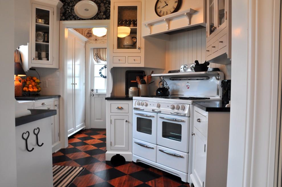 Красно-чёрные плиточные полы «Арлекин»в интерьере белой кухни
