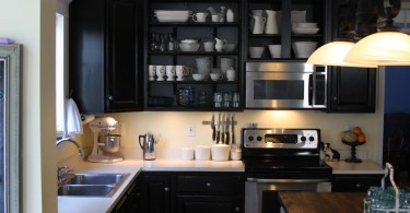 Стильный дизайн интерьера кухни в чёрной гамме