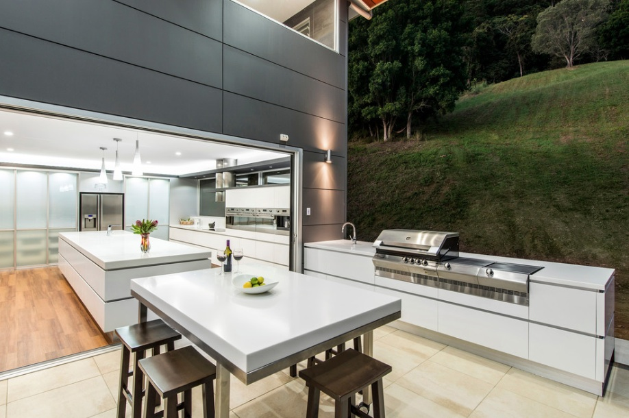 Белая мебель на летней кухне