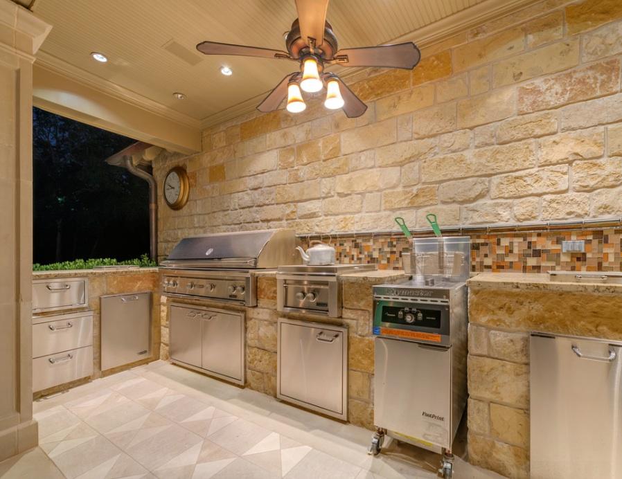 Каменные стены на летней кухне