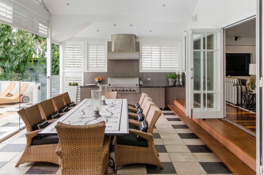 Мебель из ротанга на летней кухне
