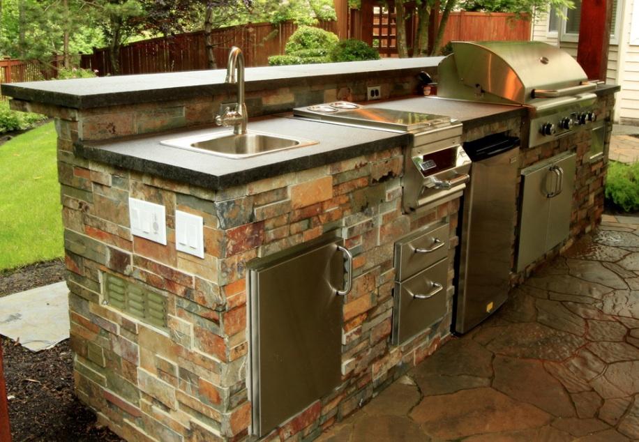 Металлические полки в каменной кухне