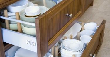 Дизайн выдвижных ящиков для хранения посуды и кухонной утвари от Woodale Designs Ireland