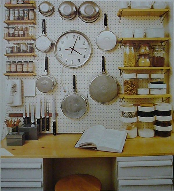 Кухонная утварь, подвешанная на стену