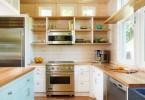 Открытые полки из натурального дерева в современном интерьере кухни
