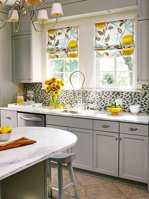 Оконные жалюзи с ярким жёлтым рисунком в интерьере белой кухни