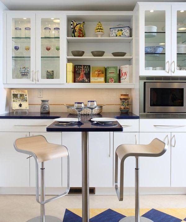 Стильные барные стулья на металлических ножках в интерьере кухни