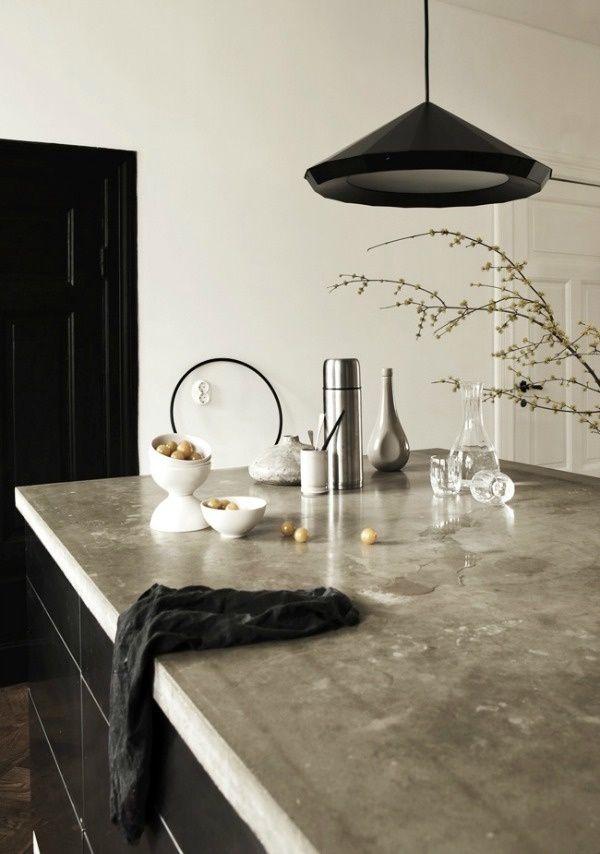 Подвесной светильник с чёрным абажуром в интерьере кухни