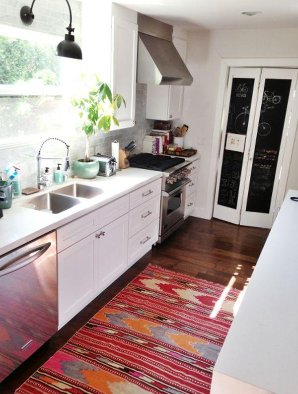 Яркая дорожка с разноцветным геометрическим рисунком в интерьере кухни