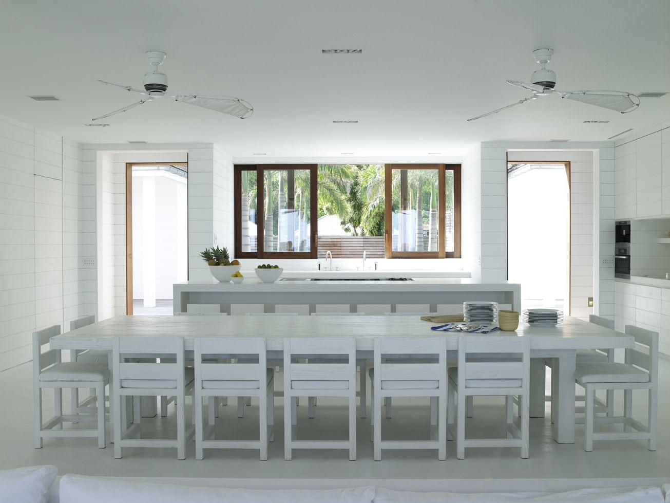 Белоснежный интерьер кухни в тропическом стиле