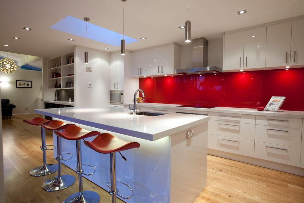 Стильные барные стулья и кухонный фартук цвета красного вина