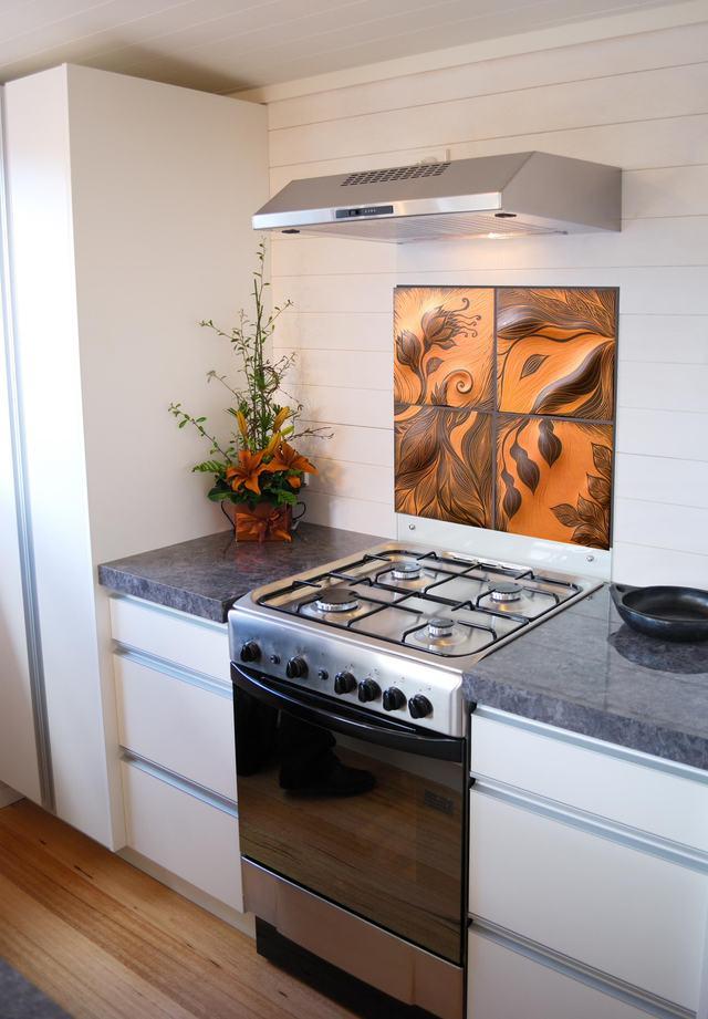 Кухонный фартук, оформленный крупной с цветочным рисунком в коричневой гамме