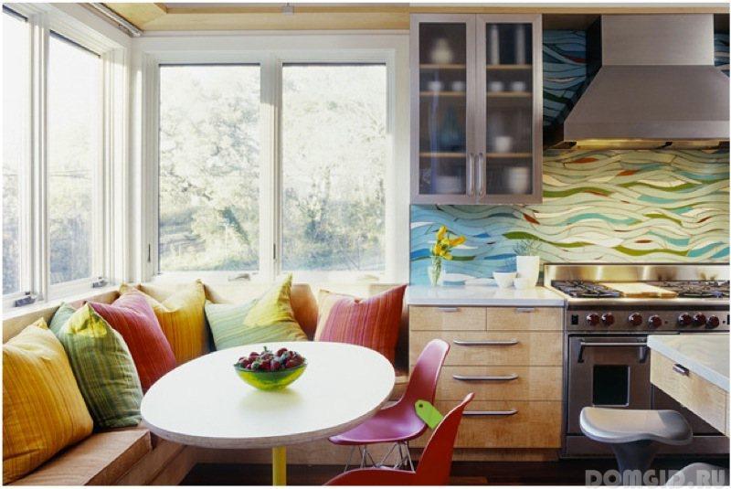 Кухонный фартук, оформленный рисунком из разноцветных волн