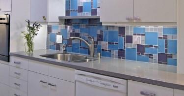 Кухонный фартук, оформленный плиткой с геометрическим рисунком в синей гамме