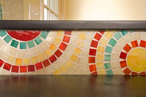 Кухонный фартук, оформленный разноцветной мозайкой