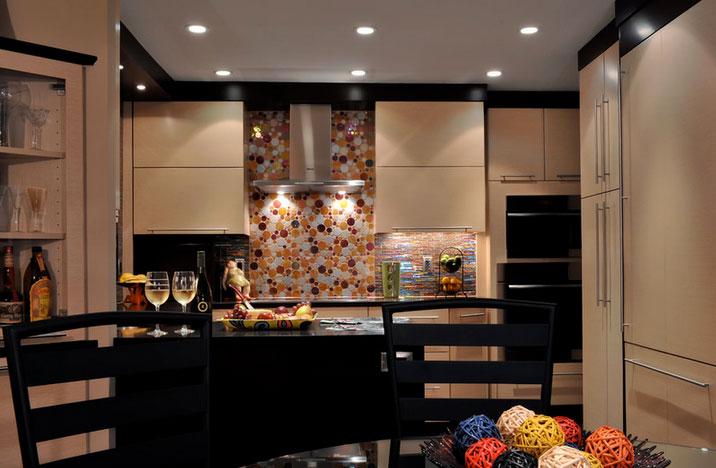 Рисунок из разноцветных пузырьков  в оформлении кухонного фартука