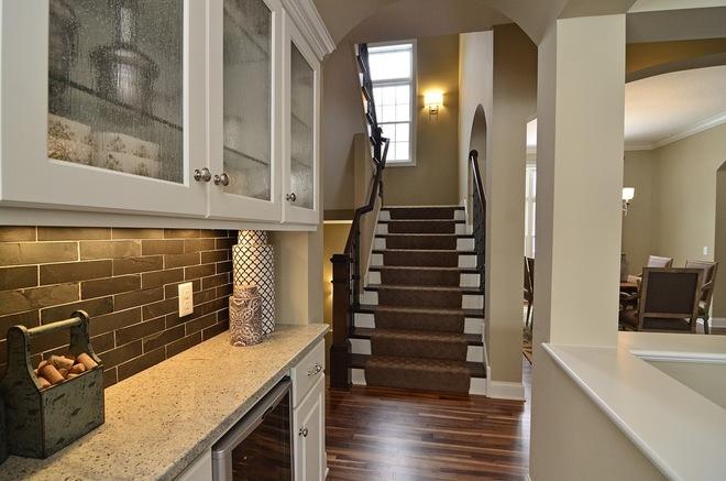 Кухонный фартук, оформленный двухцветной плиткой «метро»