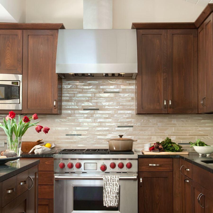 Кухонный фартук, оформленный двухцветной мозайкой