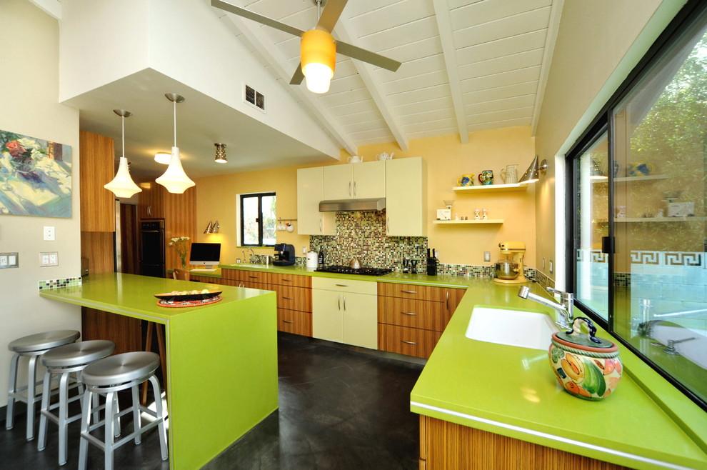 Уютный дизайн интерьера семейной кухни в светло-зелёной гамме