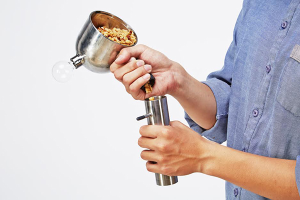Процесс засыпания ингредиентов в прибор