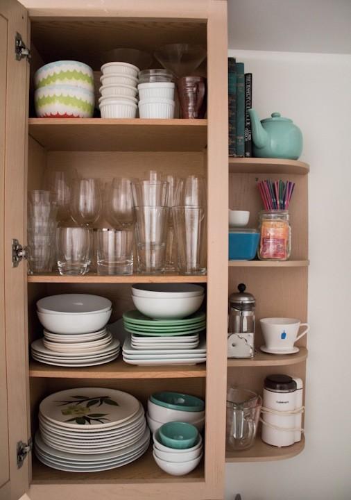 Компактный шкафчик для хранения посуды