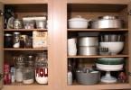 Посуда на полках подвесного шкафчика