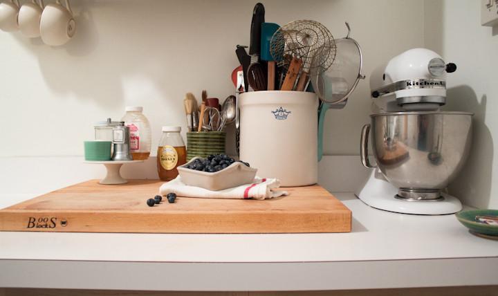 Керамические вазы с кухонными аксессуарами