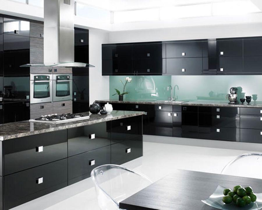 Глянцевая мебель в черном цвете на кухне