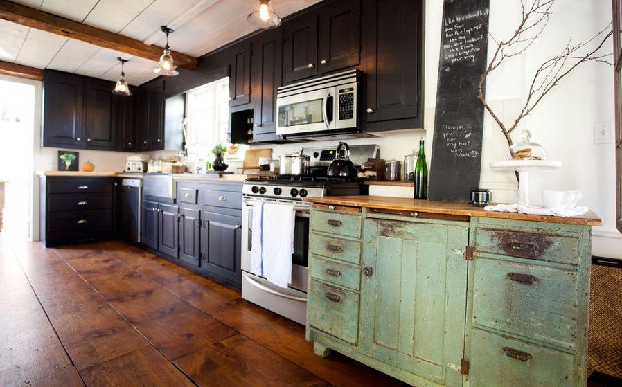 Винтажная мебель в черном цвете на кухне