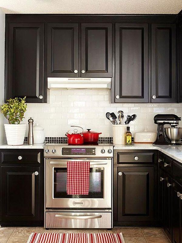 Белая столешница на черной кухне
