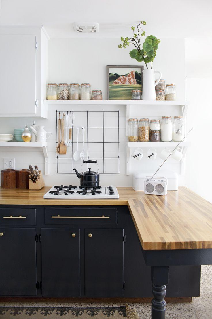 Черная мебель на белой кухне