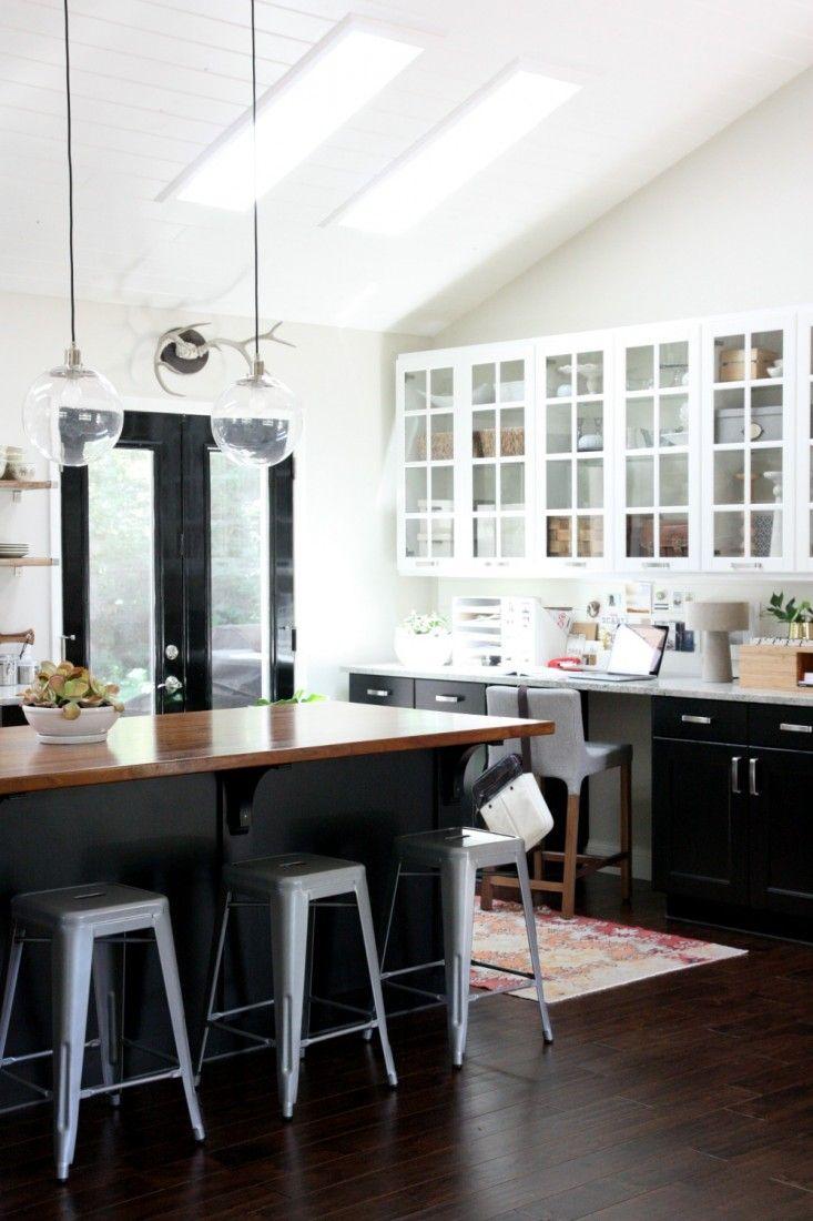 Черный кухонный остров в интерьере